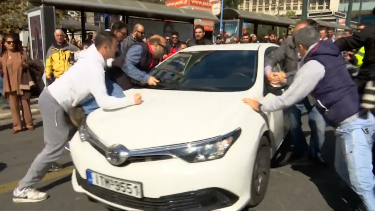 Boze Grieken slopen voorbijrijdende auto's bij protest tegen Uber