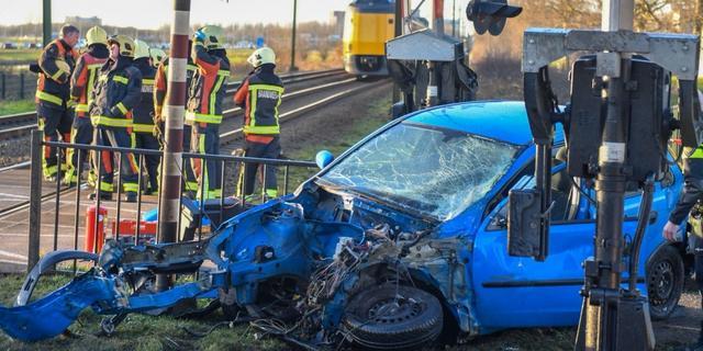 Tijdelijk geen treinen tussen Leiden en Alphen door aanrijding met auto