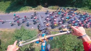 Mountainbiker springt over peloton van Tour de France