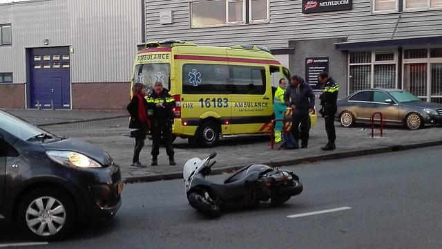 Scooter en auto botsen in Leiderdorp