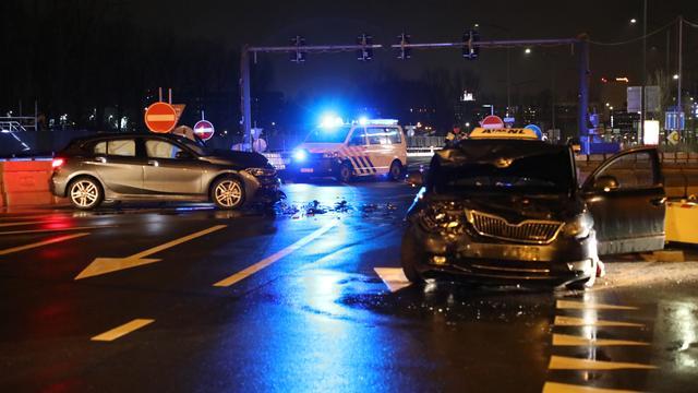 Verkeersproblemen door ongeluk met twee auto's in Leiden-West