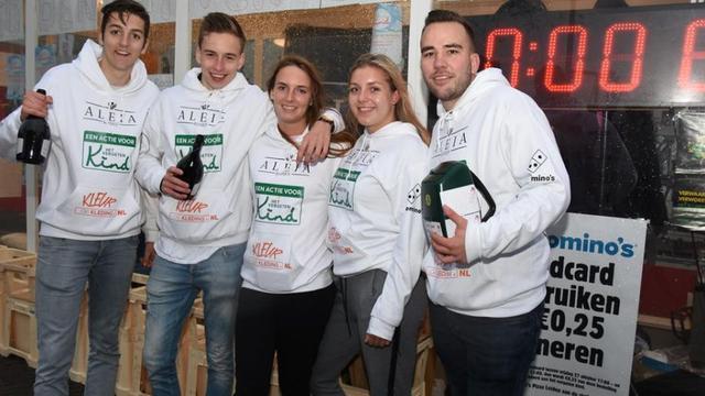 Leidse studenten in glazen container halen bijna 2.700 euro op