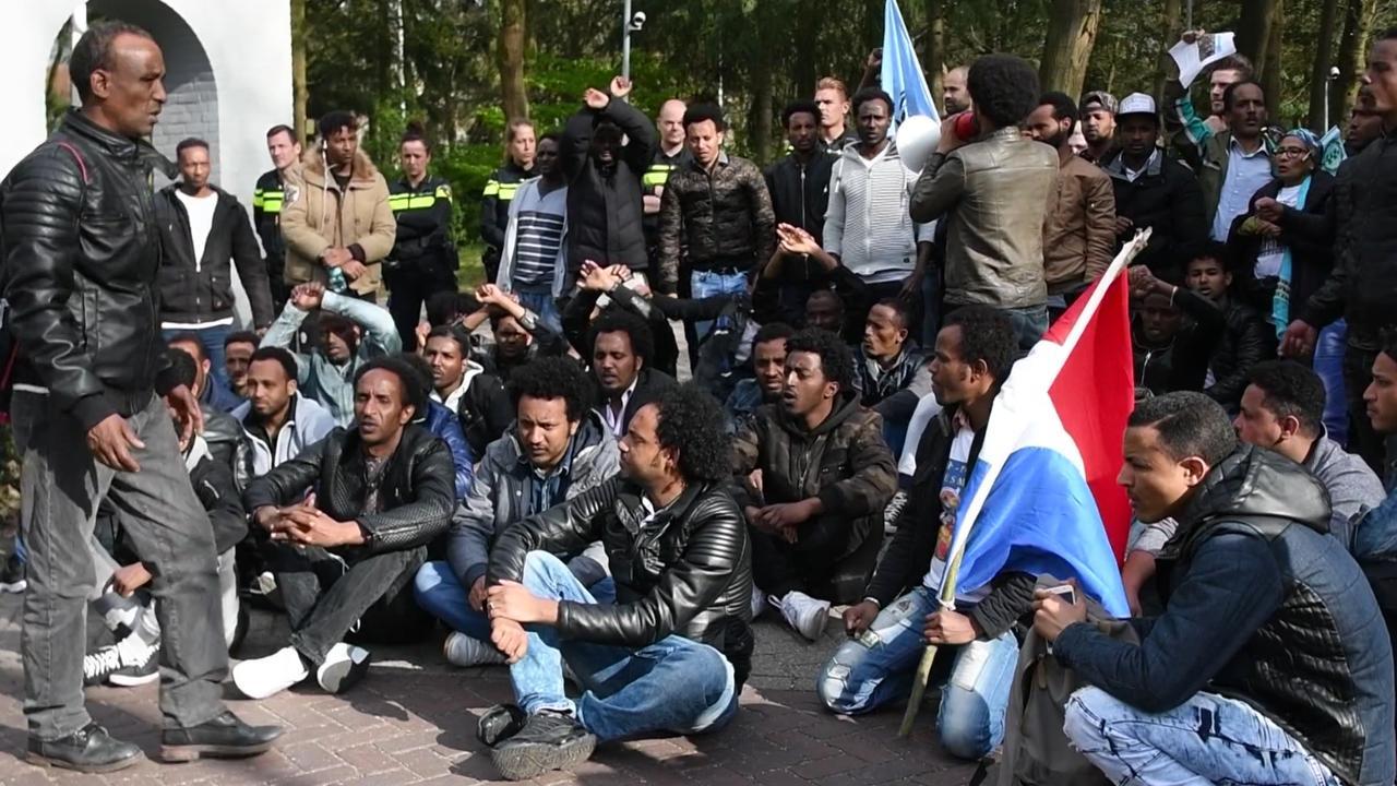 Tientallen Eritreeërs scanderen leuzen in Veldhoven