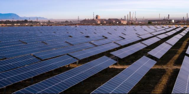 Zonnecentrale voor eerste staalfabriek op zonne-energie geopend in VS