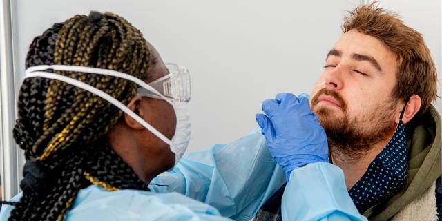 Ministerie verandert voorlopig niks aan toegang voor besmette gevaccineerden