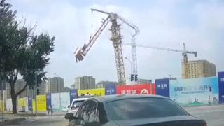 Dashcam filmt hoe hijskraan in elkaar stort in China