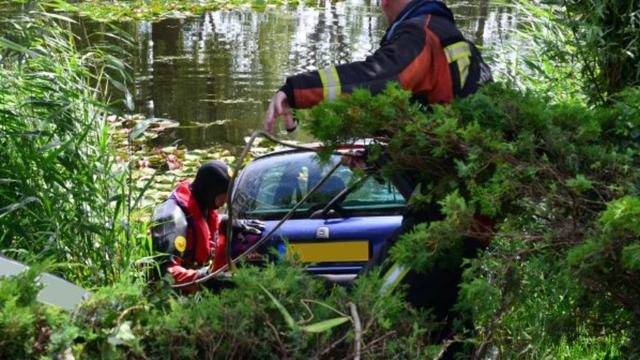 Auto in Leiden te water na schakelfoutje
