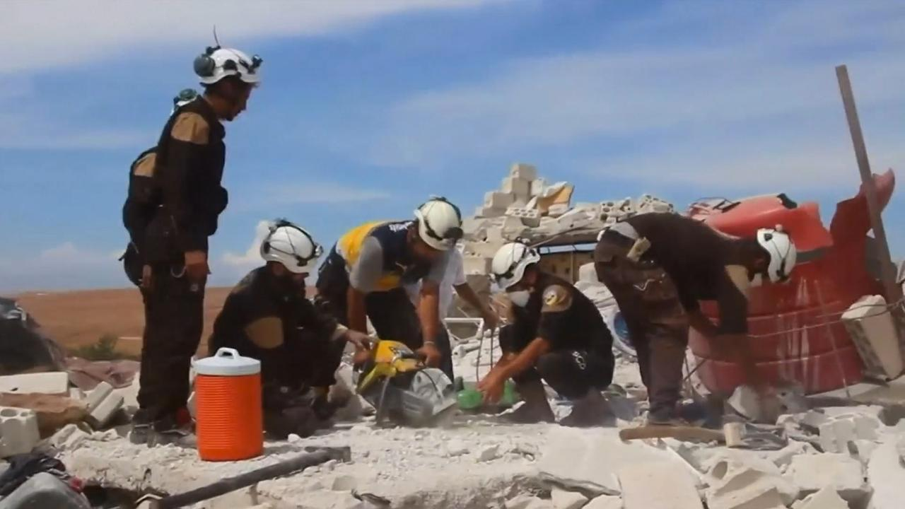 Syriërs redden vrouw uit gebombardeerde woning in Idlib
