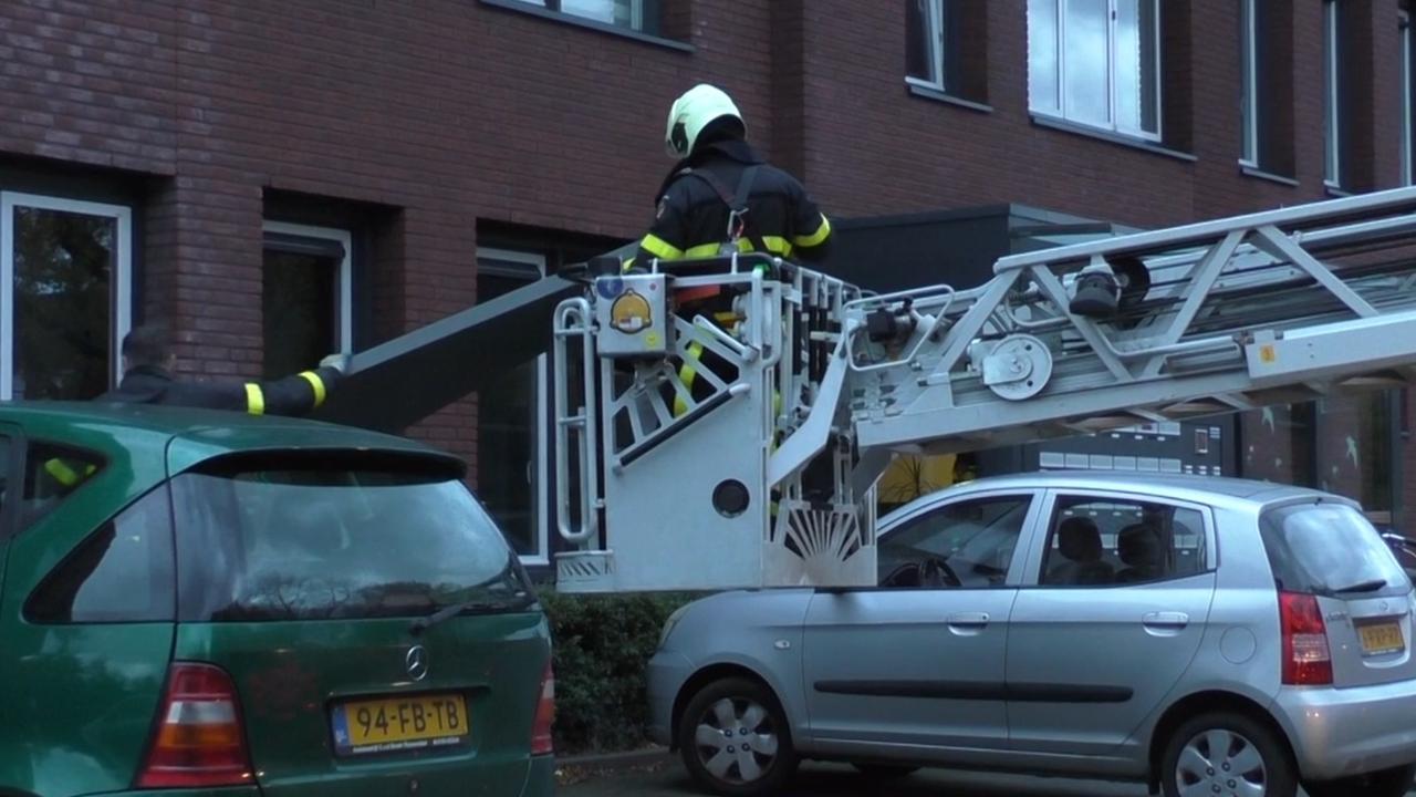 Brandweer rukt uit voor losgekomen dakdelen