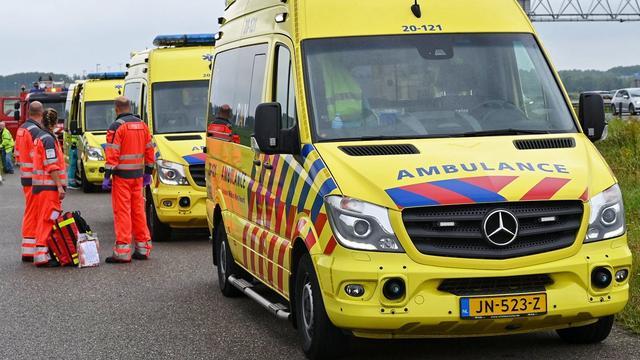 Vrachtwagen botst tegen personenauto op Delftplein in Haarlem