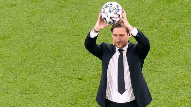 AS Roma-icoon Francesco Totti bracht de bal naar de middenstip.