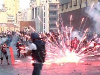 Demonstranten gooien vuurwerk naar politie in Beiroet