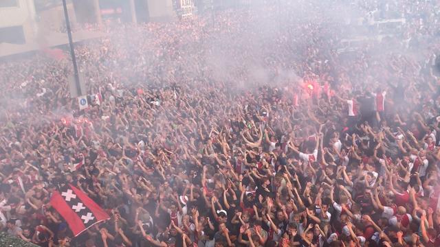 Uitzinnige fans zijn klaar voor wedstrijd Ajax-Dinamo Kiev