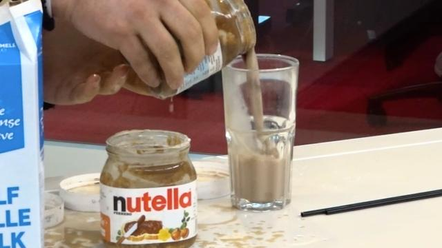 Lifehack getest: Warme chocomelk van bijna lege potten Nutella