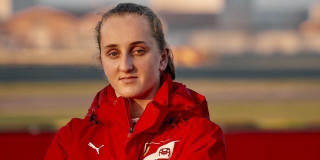 Nederlandse Weug (16) eerste vrouwelijke coureur in opleiding Ferrari