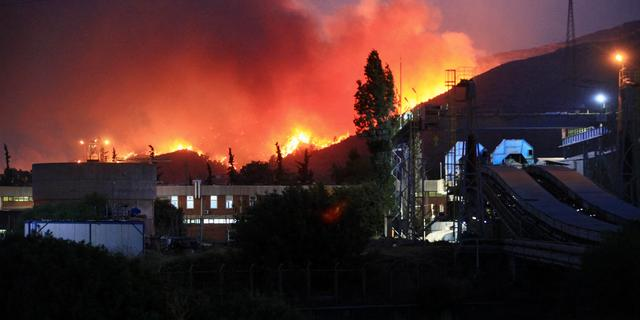 Turkse branden bereiken kolencentrale, inwoners via zee gered