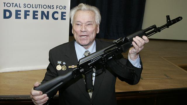 AK-47-ontwerper  Mikhail Kalasjnikov wordt geëerd met standbeeld