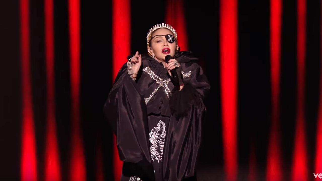 Beluister de versie van het kanaal van Madonna