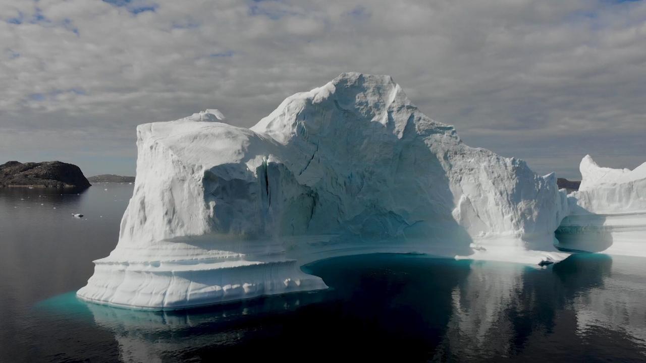 Nieuwe dronebeelden van ijsberg die kustdorp Groenland bedreigt
