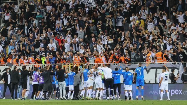 De spelers van Altay vieren de overwinning op Besiktas met de supporters.
