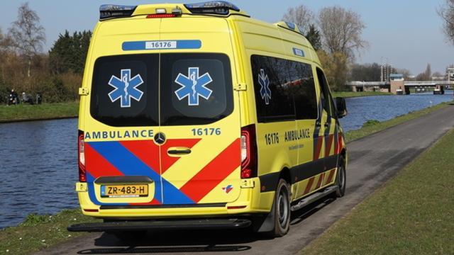 Auto schept scooter op de Boschdijk, beide scooterrijders gewond