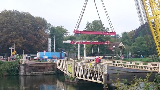Zwemmer springt vanaf Muntbrug bovenop roeiboot, boot doormidden