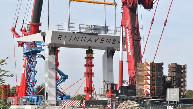 Ook tweede deel van nieuwe Rijnhavenbrug geplaatst