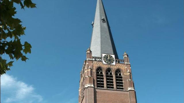 Wijzerplaat bij kerk in Hoogerheide teruggeplaatst na onderhoudsbeurt