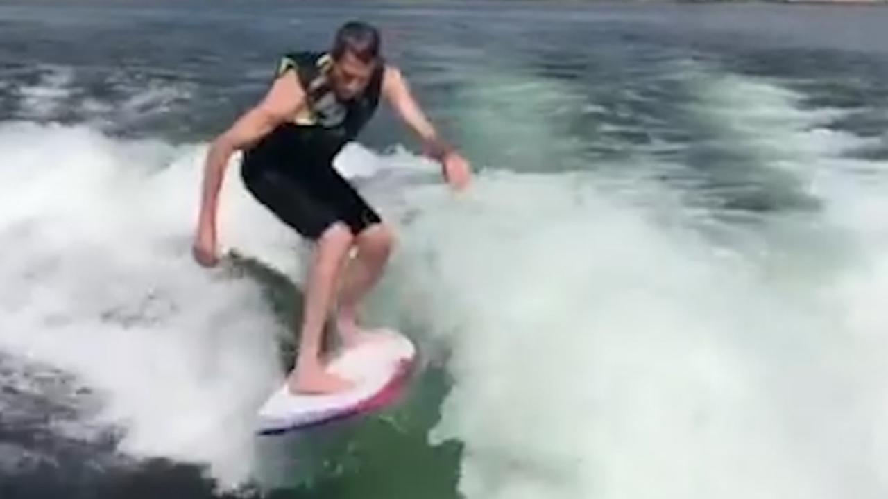 Skateboarder Tony Hawk Vertoont Kunsten Op Surfboard In