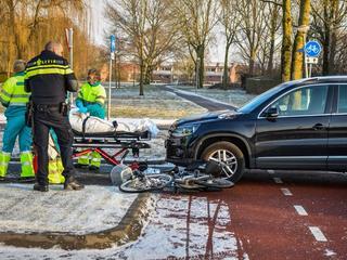 Vrouw door ambulancedienst onderzocht