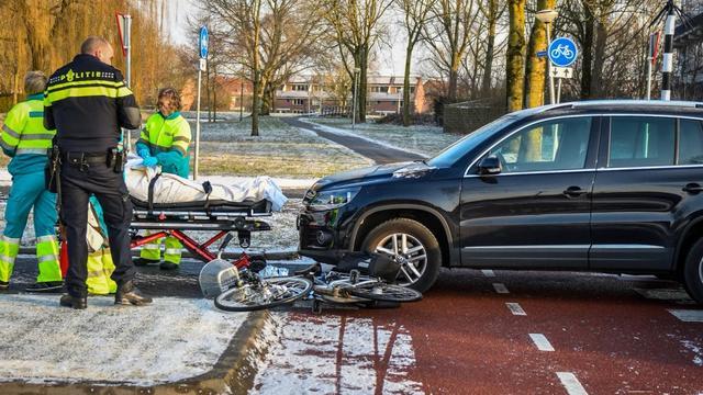 Fietsster aangereden door automobilist op IJzerweg