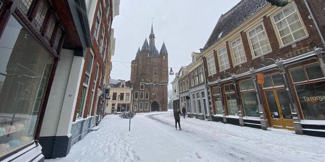 Zwolle bedekt met laag sneeuw tot wel vijftien centimeter