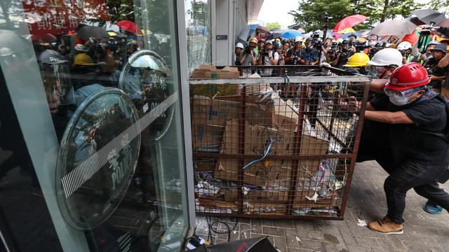 Betogers bestormen parlement Hongkong, politie treedt hard op