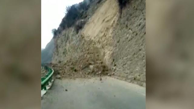 Rotsblokken op weg na zware aardbeving in Tibet
