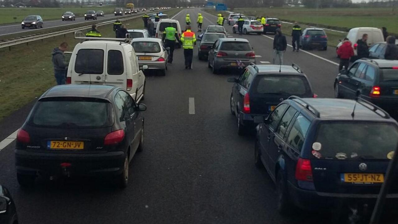 Auto's blokkeren anti-Zwarte Piet-demonstranten op A7