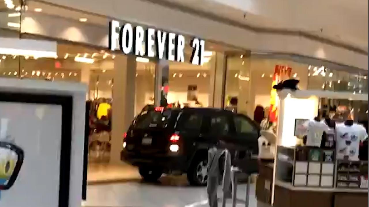 Auto rijdt roekeloos door winkelcentrum bij Chicago