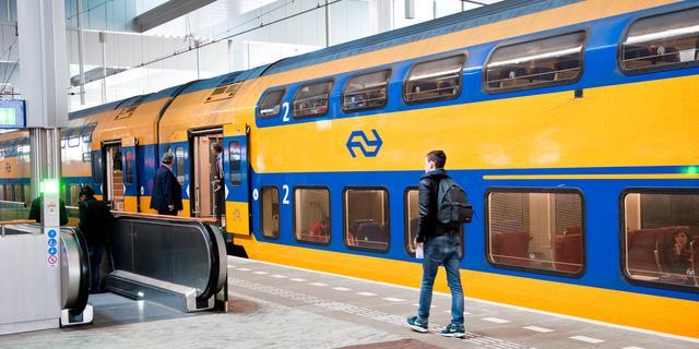 NS laat vanwege coronavirus vanaf vrijdag minder treinen in de spits rijden