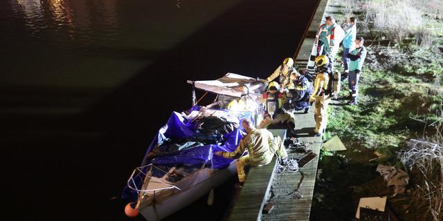 Twee overleden personen aangetroffen op bootje bij Haagse Waldorpstraat