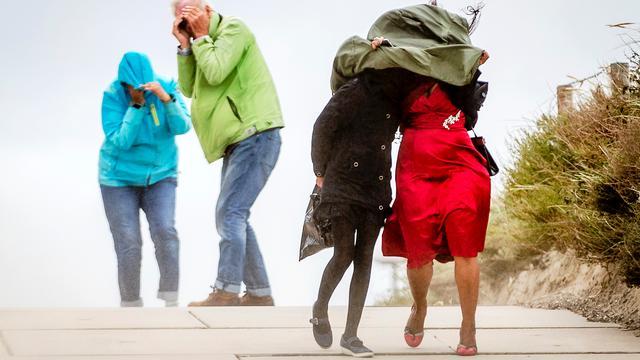 Hoogtepunt van herfststorm voorbij, wind neemt overal in Nederland af