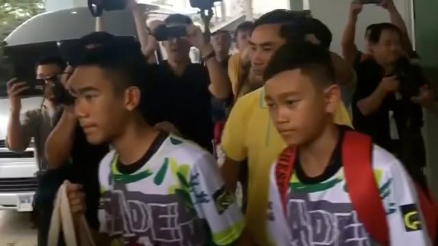 Thaise voetballertjes komen uit ziekenhuis gelopen