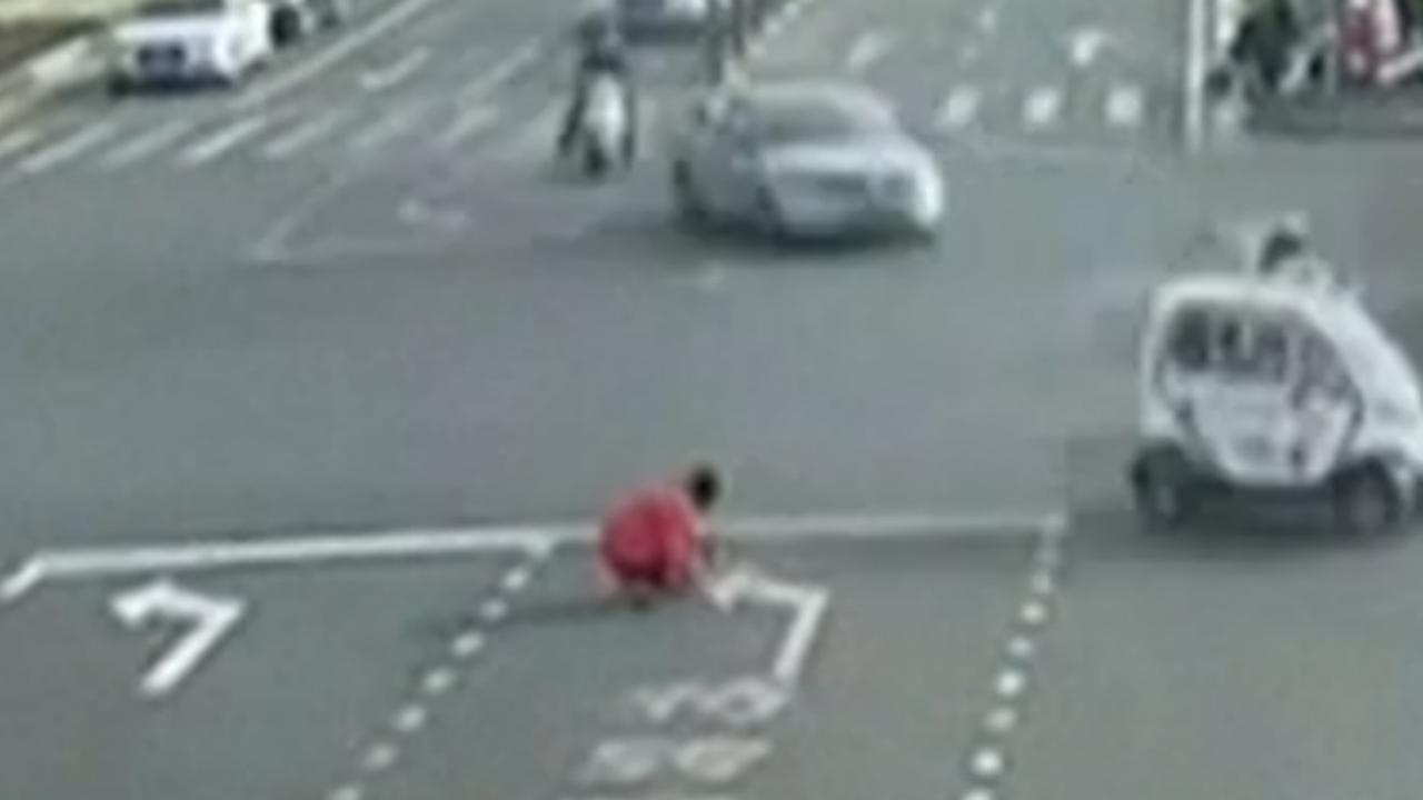 Chinese man verft pijl op weg om busreis te verkorten