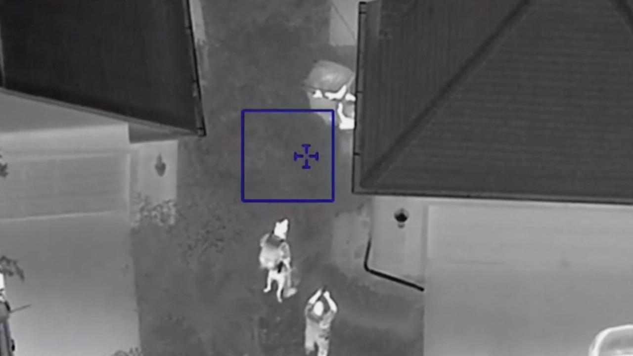 Helikopter filmt hoe verdachten zich verstoppen tussen vuilnis in VS