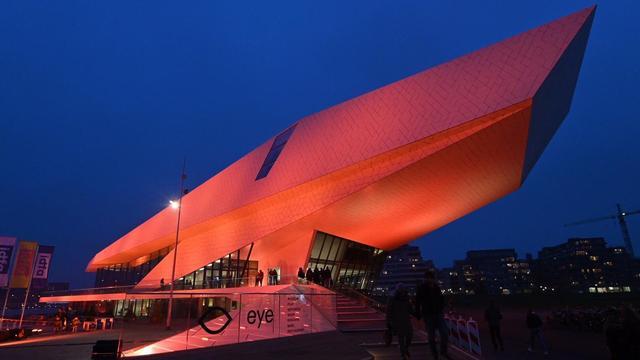 Nederlandse steden kleuren oranje in protest tegen geweld tegen vrouwen
