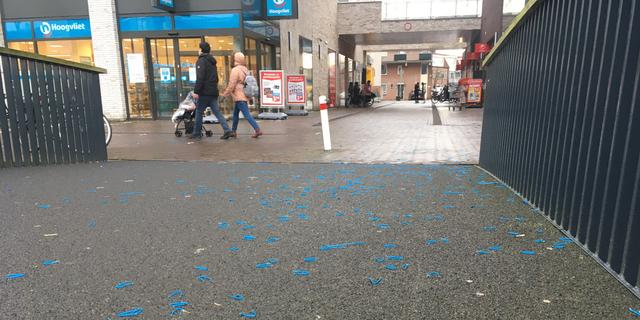 Sneeuwborstelwagens van gemeente Leiden laten gekleurd plastic achter