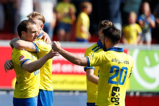 Cambuur en NEC doen goede zaken in jacht op play-offs, Roda hard onderuit