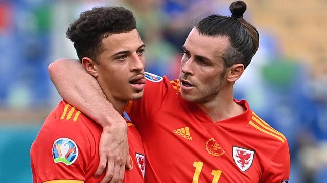 Ethan Ampadu wordt na zijn rode kaart getroost door Gareth Bale.