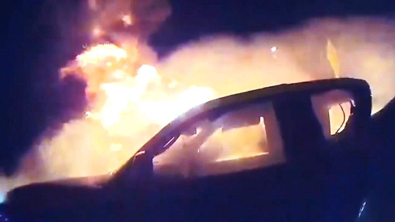 Amerikaanse agenten redden vrouw uit brandende auto