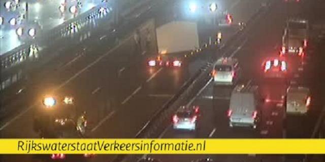 Caravan die over Van Brienenoordbrug wordt vervoerd veroorzaakt file