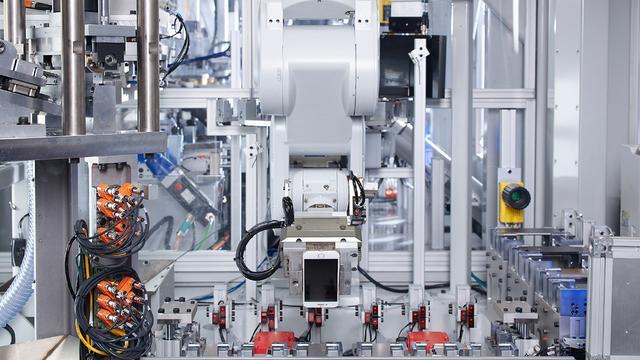 Apple en KPN gaan met robot iPhones recyclen