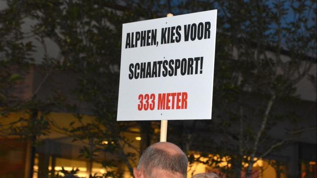 IJsverenigingen Alphen demonstreren voor ijsbaan in Leiden